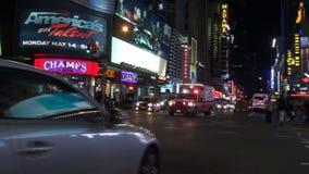 在曼哈顿街道上的纽约FDNY救护车有伴音信号的 股票录像