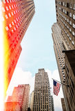 在曼哈顿街道上的美国国旗  免版税库存图片