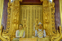 在曼德勒宫殿给模型被模仿的国王和女王/王后打蜡 免版税库存照片