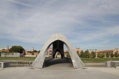 在曼萨纳雷斯河的现代桥梁在马德里,西班牙 库存图片