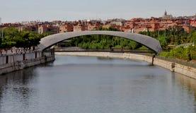 在曼萨纳雷斯河的现代桥梁 库存图片