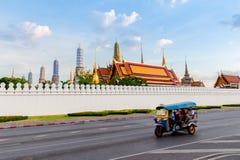 在曼谷、泰国和Tuk Tuk的曼谷玉佛寺在路: 库存照片
