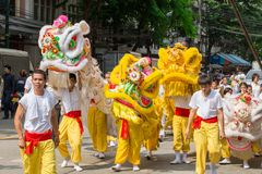 在曼谷中国镇的中国龙舞蹈素食节日的 免版税库存图片