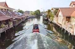 在曼谷亚伊运河或Khlong轰隆Luang的长尾巴小船 免版税库存照片