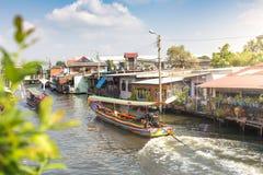在曼谷亚伊运河或Khlong轰隆Luang Tou的长尾巴小船 免版税图库摄影