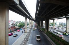 在曼谷公共汽车总站泰国上的天空步行者 库存照片