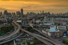 在曼谷区主路鸟瞰图的日落 库存照片