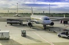 在曼谷国际机场的Irplane停车处 免版税库存照片