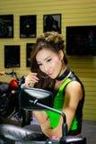 在曼谷国际汽车展示会的一个未认出的女性赠送者姿势2017年 图库摄影