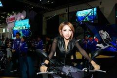 在曼谷国际汽车展示会的一个未认出的女性赠送者姿势2017年 免版税图库摄影