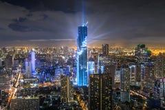 在曼谷市的Mahanakorn塔有地平线的在晚上,泰国 免版税库存照片