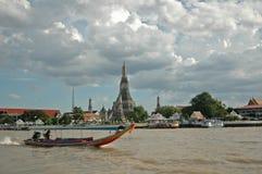 在曼谷河和黎明t的旅游长尾巴小船 库存图片