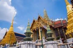 在曼谷玉佛寺寺庙的牦牛巨型雕塑在Bangok,泰国 免版税库存照片
