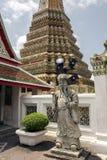 在曼谷玉佛寺的中国岩石巨人,鲜绿色菩萨寺庙 图库摄影