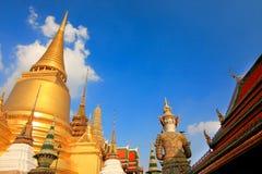 在曼谷玉佛寺的金黄Chedi 免版税图库摄影