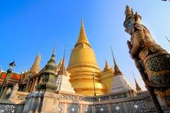 在曼谷玉佛寺的金黄Chedi 免版税库存照片
