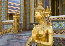 在曼谷玉佛寺的金黄Kinnari雕象,曼谷,泰国 免版税库存图片