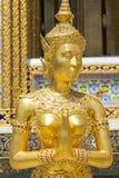 在曼谷玉佛寺的金黄Kinnari雕象,曼谷,泰国 库存照片