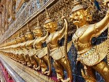 在曼谷玉佛寺的鹰报 库存图片