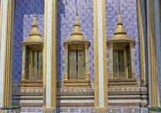 在曼谷玉佛寺,曼谷,泰国的传统泰国样式寺庙Windows 免版税库存图片