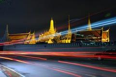 在曼谷玉佛寺(鲜绿色菩萨的寺庙的夜光) 库存图片