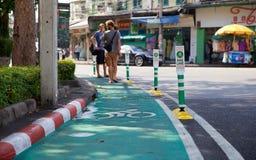 在曼谷街道上的自行车道路  库存照片