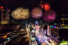 在曼谷都市风景的五颜六色的烟花新年庆祝, 免版税图库摄影
