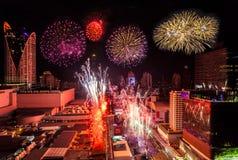 在曼谷都市风景的五颜六色的烟花新年庆祝  免版税图库摄影