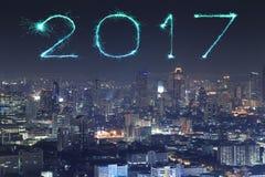 在曼谷都市风景的2017新年烟花在晚上, Thailan 库存照片