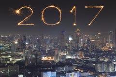 在曼谷都市风景的2017新年烟花在晚上, Thailan 图库摄影