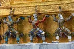 在曼谷,泰国胡闹装饰金黄Chedi的雕象在历史的盛大宫殿 库存照片