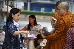 在曼谷` s街道上的和尚施舍 免版税库存照片