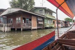 在曼谷Khlong运河的泰国Longtail小船 库存照片