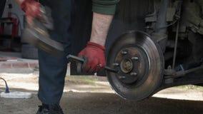 在替换它的汽车驱动的安装工锤子用新的 股票视频