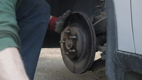 在替换它的汽车驱动的安装工锤子用新的 影视素材