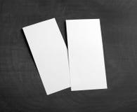 在替换您的设计的一个黑黑板的空白的飞行物 库存照片