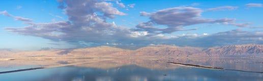 在最低的咸湖的日落在海平面死海下的世界的, 免版税库存照片