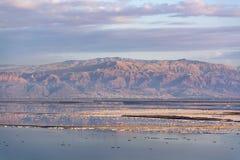 在最低的咸湖的日落在海平面死海下的世界的, 免版税库存图片