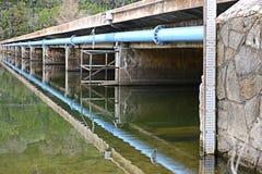 在最低水位过桥下 库存照片
