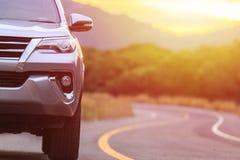 在最前面关闭在柏油路的新的银SUV汽车停车处 免版税图库摄影