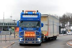 在最前面斯科讷半特大装载运输 免版税图库摄影