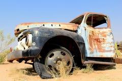 在最后gaz岗位的老和生锈的汽车击毁在Namib之前 免版税库存图片