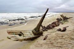 在最基本的海岸的船击毁 免版税库存照片