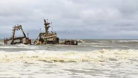 在最基本的海岸,纳米比亚的船击毁 免版税库存图片