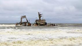 在最基本的海岸,纳米比亚的船击毁 库存图片
