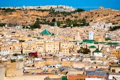 在最大的麦地那屋顶的都市风景视图在Fes,摩洛哥,非洲 库存照片