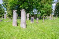 在最大的Mennonite公墓的老坟墓波兰的北部的 免版税库存照片
