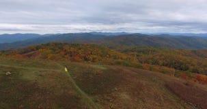在最大补丁MountainAppalachian山、田纳西&北卡罗来纳,黄色礼服的少妇的鸟瞰图日落 影视素材