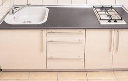 在最小的被更新的样式的家庭厨房内部 图库摄影