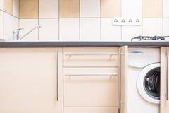 在最小的被更新的样式的家庭厨房内部 免版税库存照片